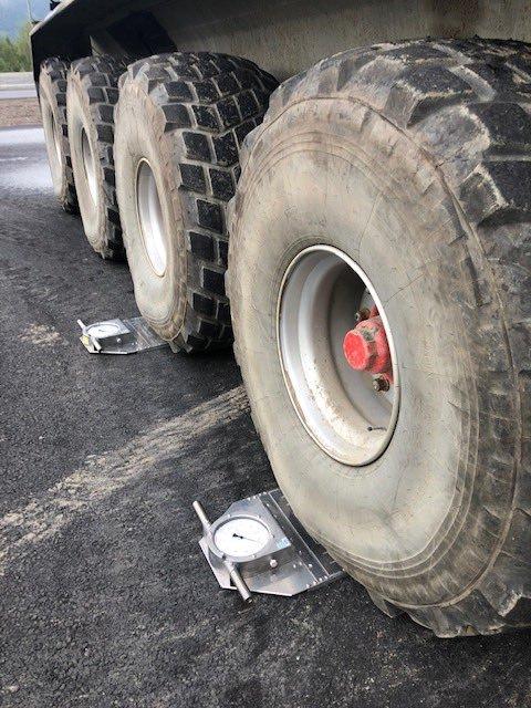 Betydelig overlast på denne traktoren som ble stoppet i kontroll på Bjørgo i Valdres onsdag. Transportfirmaet fikk et gebyr på over 200.000kr, men denne ble senere redusert. Overlast endrer kjøreegenskapene og er trafikkfarlig, skriver Statens vegvesen i Twiter-meldingen.