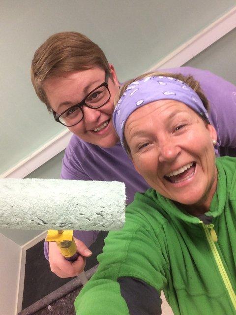 Dugnad: - Vi har mange dyktige og engasjerte ansatte i Kulant som bidrar på dugnad for at vi skal komme i hus i Røn. Om andre har lyst til å hjelpe til, er det bare å ta kontakt, sier Sølvi Saglien (bak) og Caroline Aaberg.