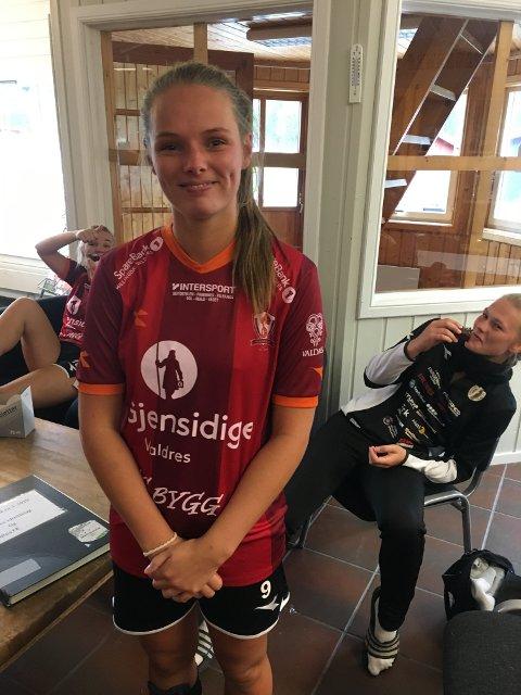 Monica Strand fikk kake etter kampen og ble feiret for sin 100. kamp for Valdres FK. Bak til venstre ser vi målscorerne Ingrid Kirkeengen Skrindsrud (t.v.) og Karianne Nyhus.