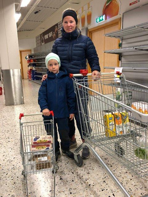 GOD PLASS: Nina Opheim og sønnen Jørgen (6) la handleturen innom sparbutikken onsdag morgen. Nina synes det var litt spesielt med så mange tomme hyller.