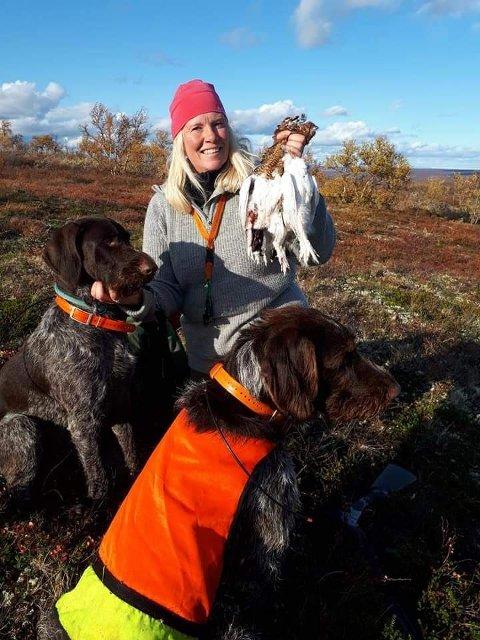 Hilde Børdalen med familiens to strihårede vorstehhunder på rypejakt.
