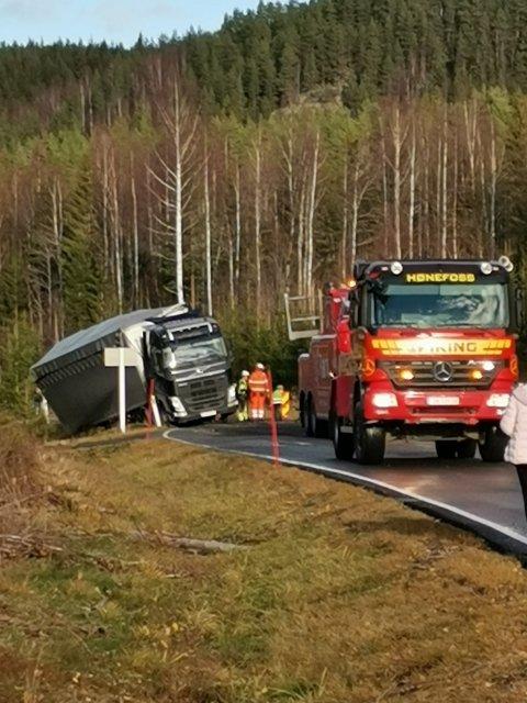En lastebil er havnet utenfor vegen og sperrer E16 i begge retninger. Foto: Privat