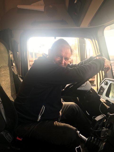Svein Egil Finøen i bilen sin. Fortsatt blid etter tre timer på samme sted langs E16. Foto: Anette Tangen