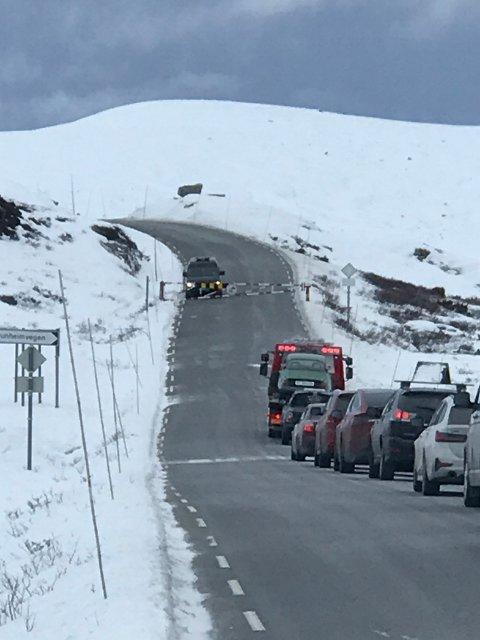 KØDANNELSE: Fv51 Valdresflye ble igjen stengt onsdag formiddag kort tid etter åpning, da en trailer som ikke var skodd etter forholdene, prøvde seg på overfarten.