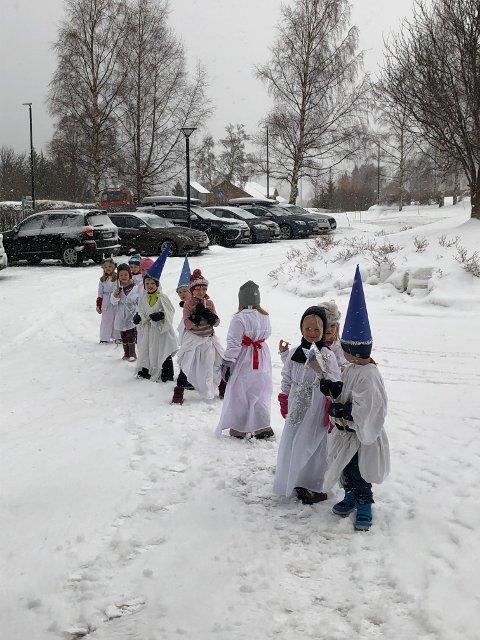 I snødrevet: Lucia-toget frå Fredheim barnehage gjekk ute rundt Vangsheimen for å glede dei eldre på måndag.