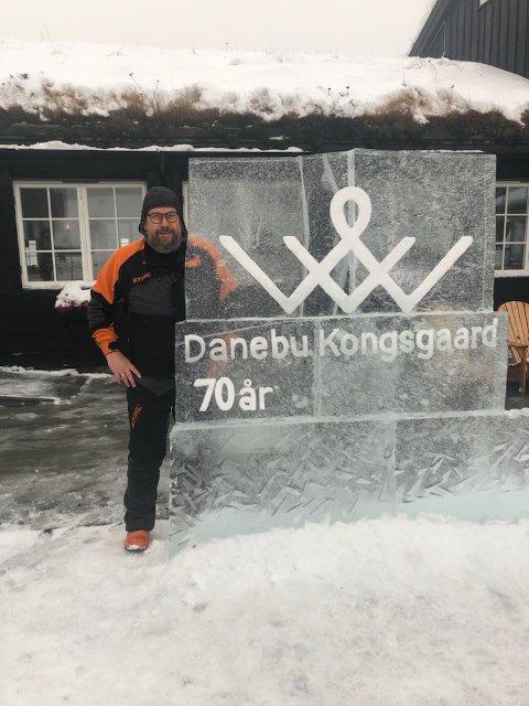 Danebu 70 år: I helga har isskulptøren Trond Granli laget en flott isskulptur foran inngangen til Danebu Kongsgaard, sammen med medhjelpere Roar Sund og Cato Egge-Herje.
