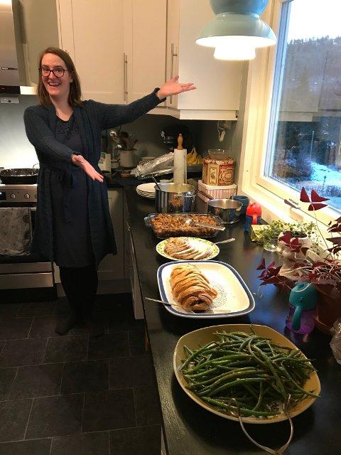 Thanksgiving: Sara Marie elsker å lage grønn mat. Her med nøttesteik.(bak aspargesbønnene) hjemme hos sine foreldre på Thanksgiving. Foto:Privat