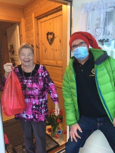Takknemlig: Laila Hagen satte pris på å få levert julemiddagen  på døra. Torstein Jæger Dahlen på Fagernes er snill og velvillig Lions-nisse på julekvelden.