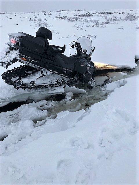 Mandag gikk løypekjører Jan Ove Bredesen gjennom isen da han skulle krysse en liten bekk.