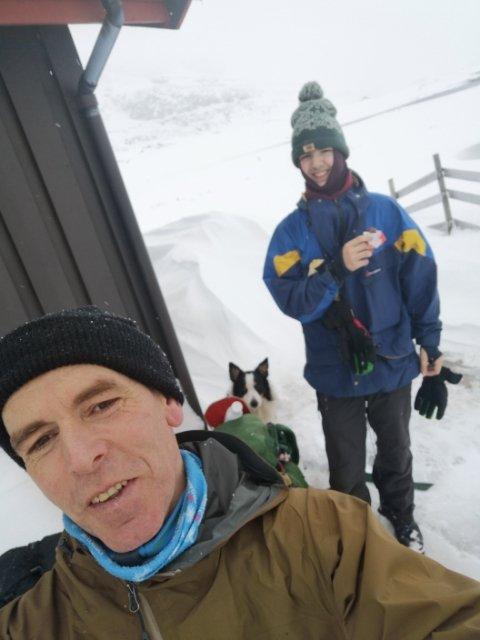 Rune Hamre og sønnen Martin på vei mot familiens støl fredag kveld, før stormen tok tak og støvlene ga opp. Foto:Privat