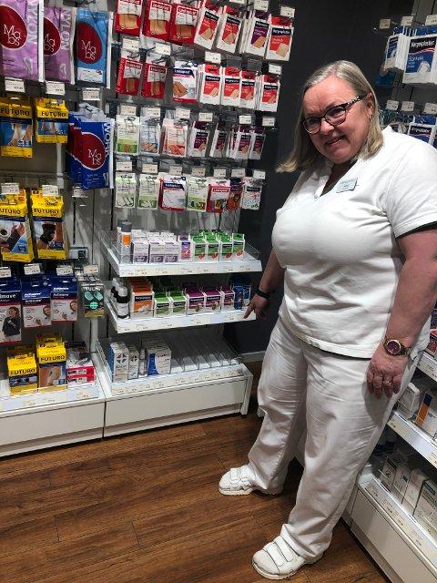 Tomt: Det er helt renset for antibac på apoteket, sier farmasøyt Astrid Øveraasen.  Kanskje for de inn ny forsyning mot slutten av uka.