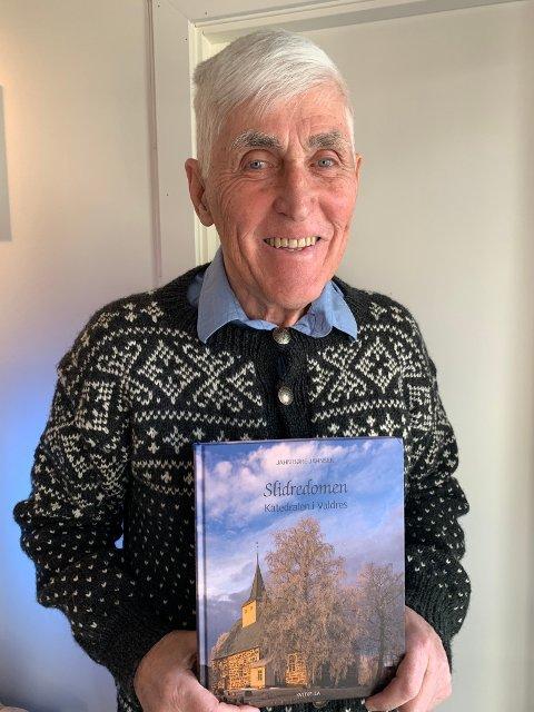 Ny bok: Med boka Slidredomen. Katedralen i Valdres kjem Jahn Børe Jahnsen med ei ny bok om den gamle hovudkyrkja i Valdres, 37 år etter at han skreiv Slidredomen 800 år.
