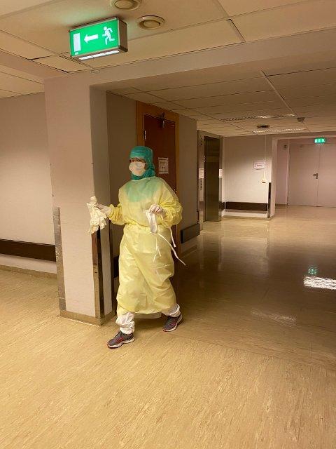 Mottak: Sykepleier Silje Holien på vei for å ta imot en pasient med mistenkt koronavirus i det nyetablerte mottaket på Gjøvik.