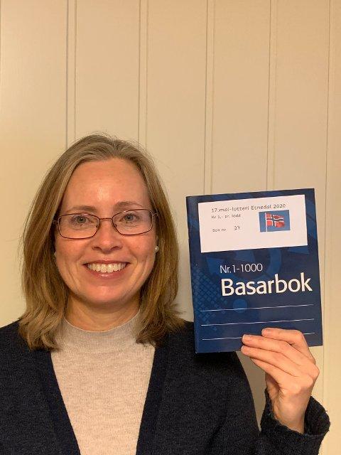 Digital basar: Siv Bergene viser fram 17. mai-basarboka. Du kan kjøpe lodd via Facebook eller Vipps, og så fører loddseljaren inn namnet ditt. Men boka er også lagt ut i butikkane.
