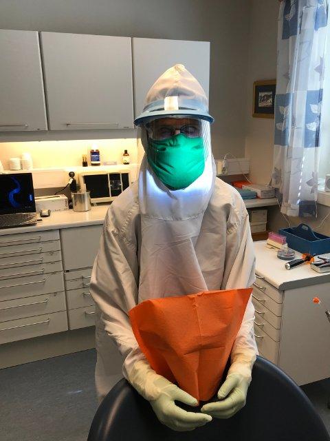 Tannlege Kari Masdal iført smittevernutstyr i flere lag. Hun og mannen er glade for å kunne handle lokalt hos en som virkelig kan tekstiler og vern mot bakterier.  Foto: Privat