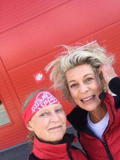 Fornøyde: Hilde Lasskogen (t.v.) og Karianne Borchgrevink var glade for å starte opp igjen, med velvillighet fra Valdres Storhall AS og kommuneoverlege Per Einar Jahr.