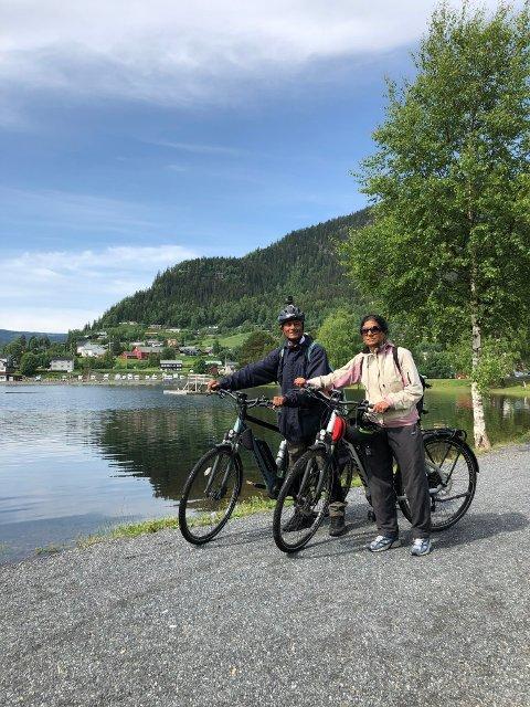 AKTIVE: Rajendra og Aruna med hver sin el-sykkel som de bruker til å sykle Norge rundt.