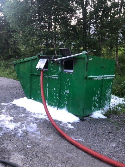 SLUKNINGSARBEID: Kontaineren i Hedalen under slukningsarbeidet til mandagens ulmebrann.