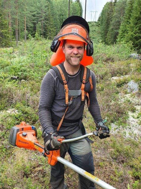 Staut skogsarbeider: Gaute Lein Ausrød har fått mye oppmerksomhet for sommerjobben som linjerydder i Sør-Aurdal.