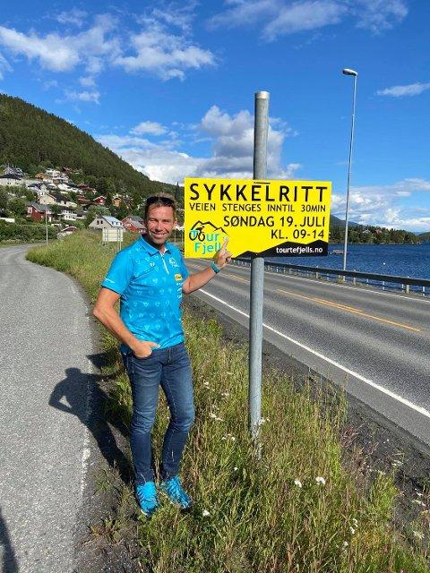 Nyvinning med etappe på Fagernes: Ole Christian Nymoen, rittleder for Uno-X Tour Te Fjells, her avbildet ved skiltet ved Gamlevegen og E16 mellom Fagernes og Leira, hvor etappe 4. av rittet vil foregå, og veien derfor vil være stengt i lengre perioder mellom klokken 09 og 14.