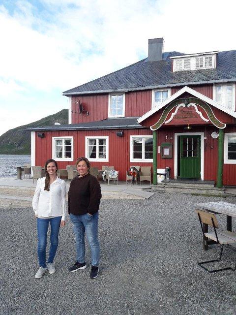 Masse besøk: Innehaver av Bygdin høgfjellshotell Bente Oxhovd (t.h.) og Hilde Skrebergene har tatt imot rekordmange gjester i sommer.