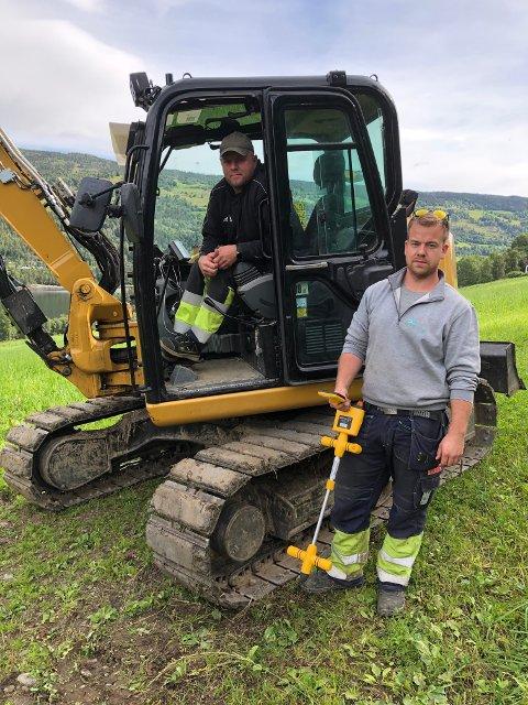 STREKKER KABEL. Lars Erik Thorsrud (inne i minigraveren) og Erik Ruud fra Valdres Energi Entreprenør legger fiberoptisk kabel fra Fosheim til Vaset.
