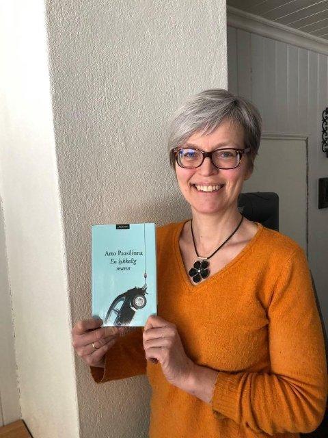 BOKTIPS: Biblioteksjef Turid Bjørgo ved Etnedal folkebibliotek anbefaler boka «En lykkelig mann» av Arto Paasilinna.