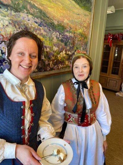 Festdag: Ragni Engstrøm Nilsen (t.v.) og Solveig Strand, konservatorar ved Norsk institutt for bunad og folkedrakt, hadde som resten av dei tilsette kledd seg i finstasen og feira med kake.