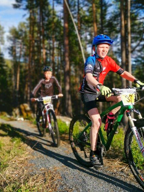 Stor fart: Tobias Håvelsrud Svarre med Amund Helle Larsen rett bak opp mot Valdres Storhall.