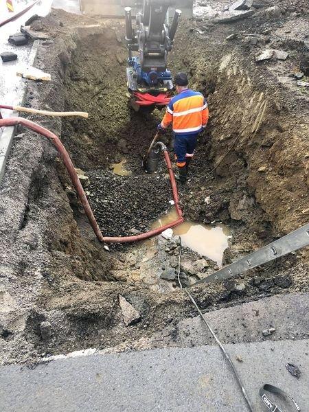 VASSLEKKASJE: En av mannskapene til teknisk drift hos Nord-Aurdal kommune i ferd med å reparere vassledningen i gangvegen like ved oppkjørselen til Sagbråtenfeltet.