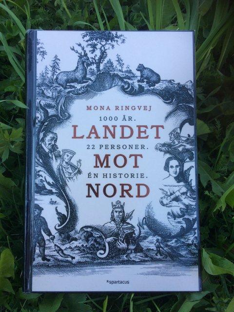 BIBLIOTEKAREN ANBEFALER: Bjørn på biblioteket på Slidreøya anbefaler «Landet mot nord – 1000 år. 22 personer. Én Historie» av Mona Ringvej.