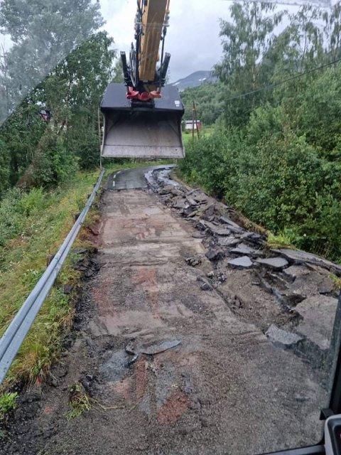 STENGT VEG: Vegen opp mot Hensåsen fra Hemsing bru er stengt. Her er Beitostølen Maskin og Transport i gang med å rydde vegen.