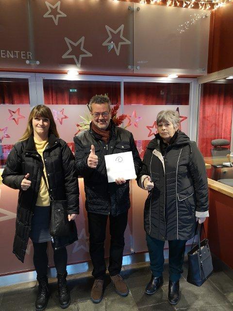Det var en glad gjeng fra Mental Helse Nittedal som mottok gavesjekk fra sparebankstiftelsen DNB. Fra venstre Marit Molstad, Kjell Kjepperud og Brith Blaasaas.