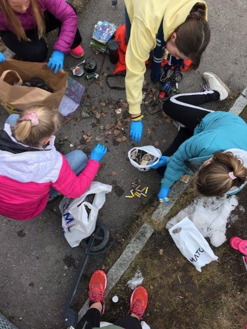 De unge jentene tok ansvar - og sorterte og leverte søppelet.