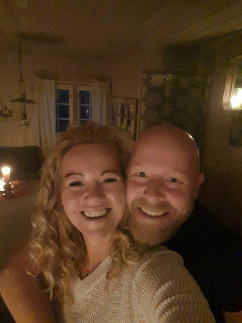 LYKKE I EN SKOGSHYTTE: En dag i slutten av september postet Karina og Knut Grasbekk dette bildet. De hadde funnet lykken og sjelefreden i en hytte i Krødsherad, dog ikke lenger enn halvannen times kjøretur unna idrettshallen.