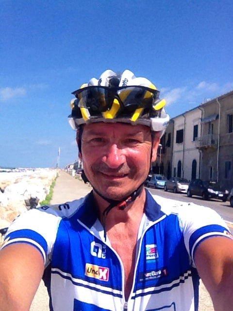 OMKOM I ULYKKE: Arne Dalbakk ble bare 59 år. Bildet har han tatt selv under en Syden-reise for tre år siden, hvor han gjør det han likte aller best: Å sykle.
