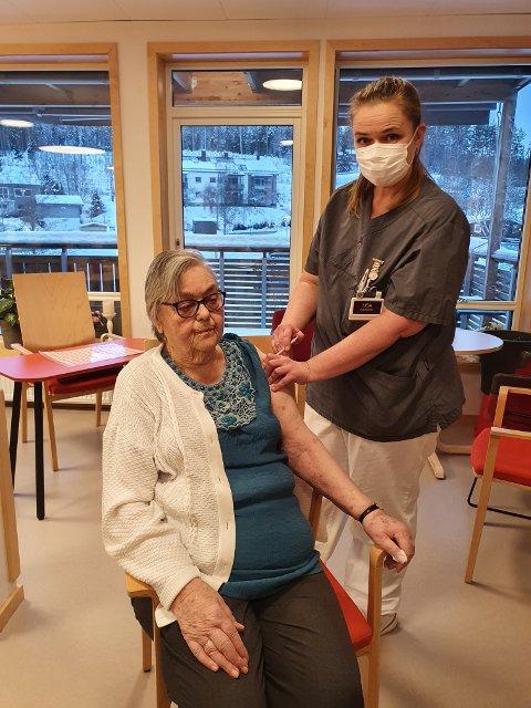 FØRSTE VAKSINE: Her setter fagsykepleier Lisa Vegstø den aller første vaksinen i armen på Døli-beboeren Arna Næsguthe.