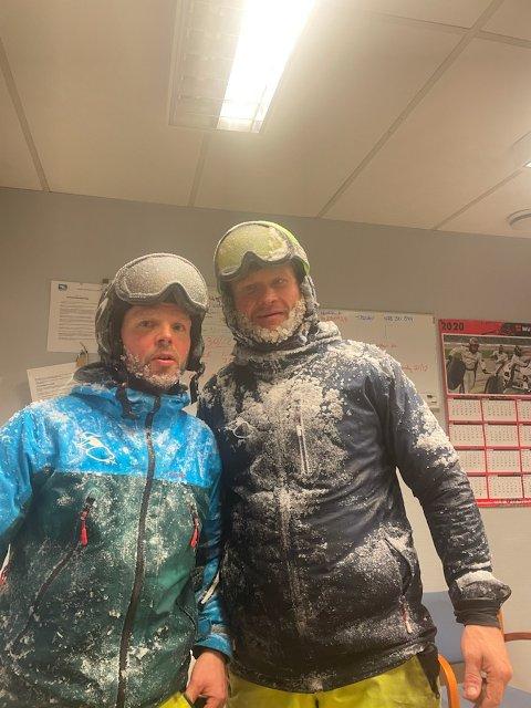 FRISK JOBB: – Selv om vi jobber når det er kaldt, er det sjelden vi rekker å fryse, sier Espen Meldgaard (t.h.). Her sammen med en kollega i Varingskollen i forbindelse med snøproduksjon.