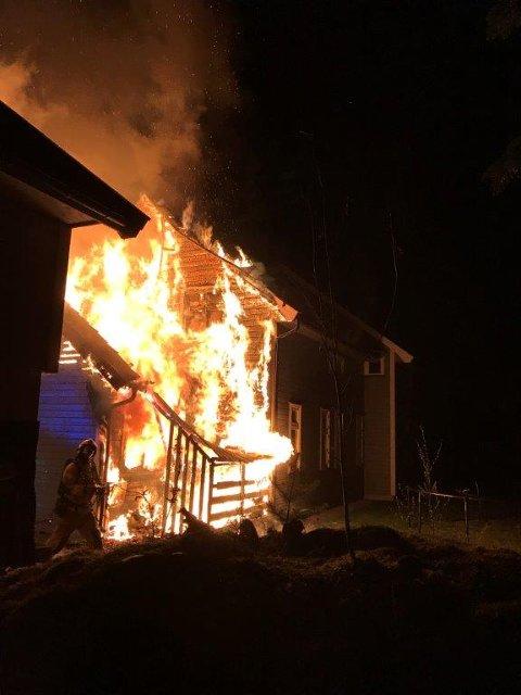 Eneboligen i Hammerenveien ble totalskadd i brannen natt til 2. påskedag