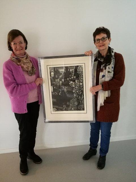 Johanne Dønnestad Hauge fra Son vant Vestby kunstforenings kunstlptteri. Her sammen med Ellen Marie Rode Skaflestad, som er leder i kunstforeningen.
