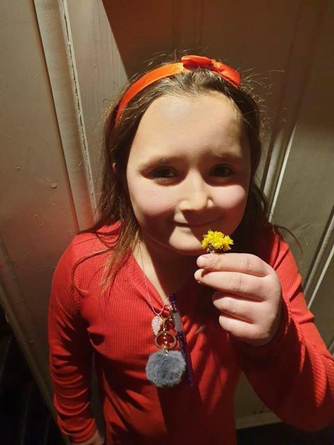 STOLT: Onsdag kom Emira Elnegaard (6) hjem med tre hestehov hun hadde funnet ved Bjørlien skole.