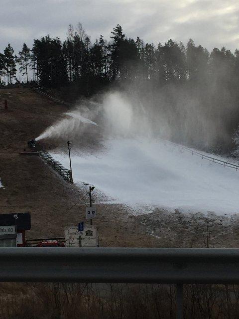 Torsdag er det snø i Grevlingen alpinbakke i Son, til tross for en særdeles varm vinter.