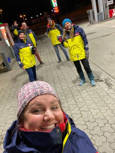 Camilla Jacobsen Eriksen (foran) tok initiativ til å opprette en gruppe med natteravner i Vestby da hun leste at ungdommen ikke føler seg trygge i sentrum. Nå er gruppa godt i gang.