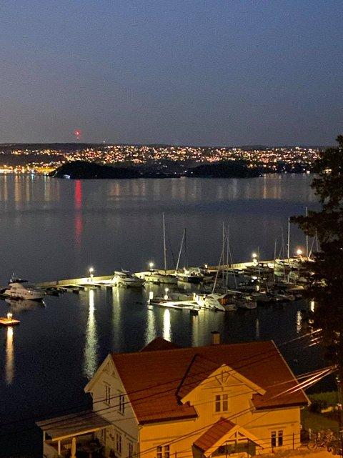 LANGØYENE: Et bilde fra i natt og som viser aktivitet fra Langøyene i forbindelse med en redningsaksjon. Mannen ble senere funnet på øya i god behold.