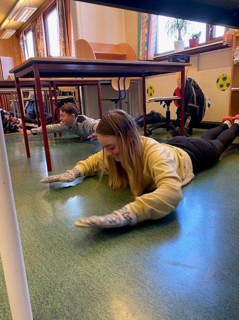Elevene jobber med styrke i ryggen.