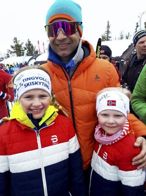 Idolet: Kaja (tv) og Martine Kindsbækken med sitt store forbilde Ole Einar Bjørndalen.|               Foto: Privat