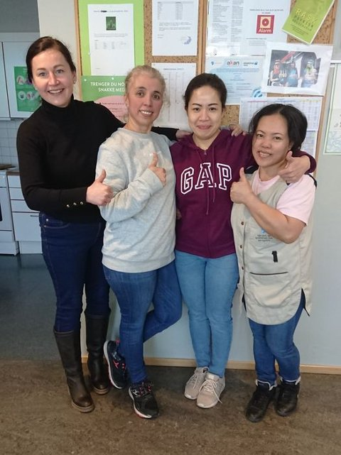 TOK FAGBREVET MED GLANS: Adriana Lipiec (Polen) (t.v.), Hanane Fakihi Mohamed (Spania),  Leah Marie Krosser (Filippinene) og Ana Lea Engen (Filippinene). (Leah Marie er ikke kommunalt ansatt).