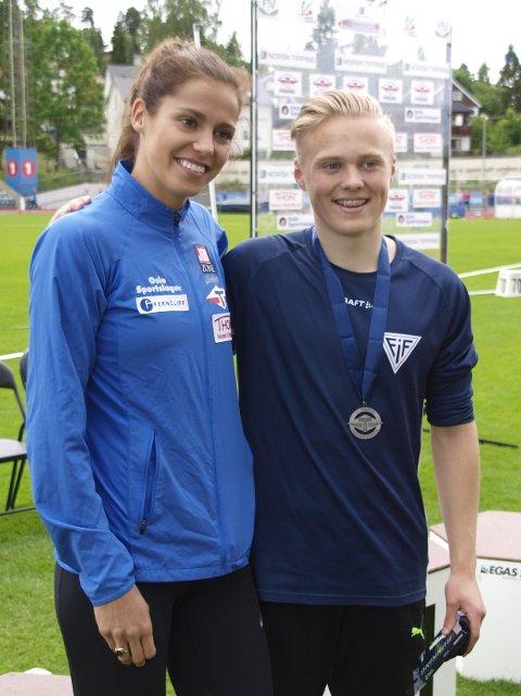 MØTTE HEKKESTJERNEN: Kristoffer Persen fikk overrakt medaljer av  hekkestjernen Amalie Iuel. Foto: Rolf B. Gundersen