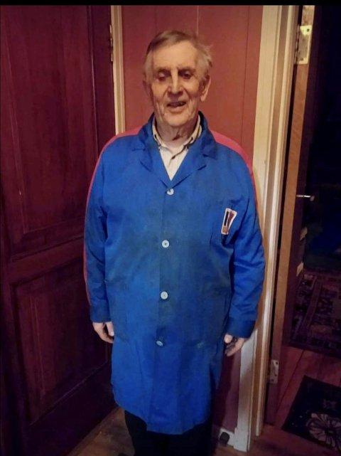 Arne Lundhaug (84) tok på seg Norol-frakken en siste gang, før den fikk ny eier. Interessen for Norol-effektene var stor, kan datter Hanne Lundhaug bekrefte.