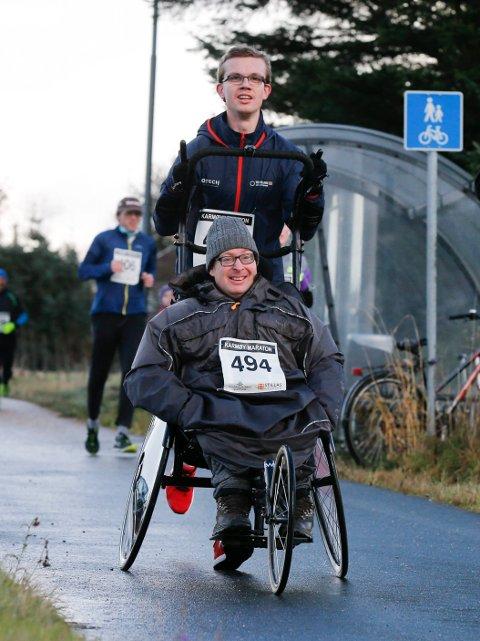 Karmøy 191116 Karmøy Maraton Halvmaraton Svein Sandal og Christoffer Jønsson bak